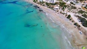 Playa de Sandy en el mar Mediterr?neo cristalino, visi?n a?rea, Chipre metrajes