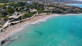 Playa de Sandy en el mar Mediterr?neo cristalino, visi?n a?rea, Chipre almacen de metraje de vídeo