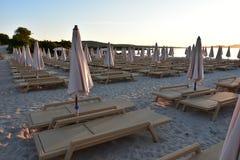 Playa de Sandy en el sol de la mañana en Cerdeña Imagenes de archivo