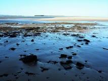 Playa de Sandy en la bahía de Budle, Northumberland, durante la bajamar foto de archivo