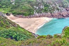 Playa de Sandy en la costa de Cornualles Foto de archivo