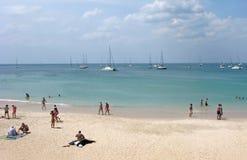 Playa de Sandy en Tailandia en Phuket con la gente imagen de archivo libre de regalías
