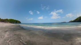 Playa de Sandy en un centro turístico tropical almacen de metraje de vídeo