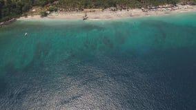 Playa de Sandy en un centro tur?stico tropical almacen de video