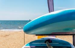 Playa de Sandy, kajaks del color basados en soporte, en beautifu del fondo imágenes de archivo libres de regalías
