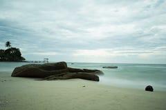 Playa de Sandy, mar rocoso y nubes mullidas Fotos de archivo libres de regalías
