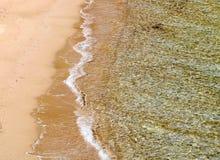 Playa de Sandy y mar claro Foto de archivo libre de regalías