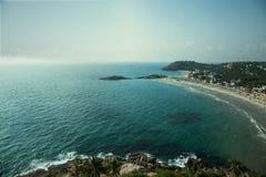 Playa de Sandy y opinión azul del mar desde arriba Foto de archivo