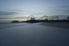 Playa de Santa Mónica con el embarcadero Foto de archivo libre de regalías