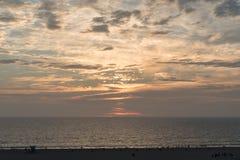 Playa de Santa Monica en la puesta del sol en invierno Foto de archivo libre de regalías