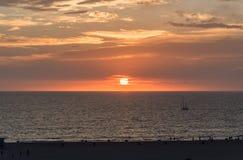 Playa de Santa Monica en la puesta del sol en invierno Foto de archivo
