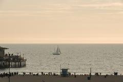 Playa de Santa Monica en la puesta del sol en invierno Imágenes de archivo libres de regalías