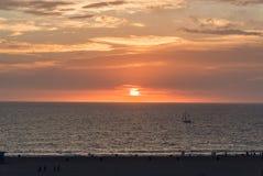 Playa de Santa Monica en la puesta del sol en invierno Fotos de archivo