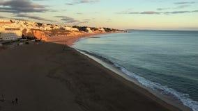 Playa de Senhora de la rocha en Portugals almacen de metraje de vídeo