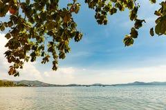 Playa de Tailandia con el cielo azul foto de archivo libre de regalías
