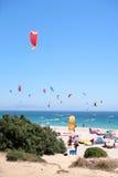 Playa de Tarifa en España pila de discos con kitesurfers Fotos de archivo libres de regalías
