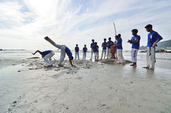 PLAYA de TELUK CEMPEDAK, KUANTAN, PAHANG 1 de mayo de 2013 - funcionamiento real del capoeira en la playa de Teluk Cempedak, Kuant Fotos de archivo