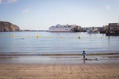 Playa de Tenerife con el transbordador y un niño Fotos de archivo