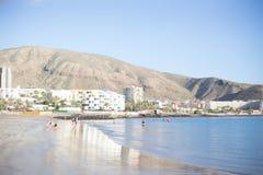 Playa de Tenerife con el transbordador y un niño Fotos de archivo libres de regalías