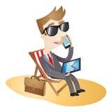 Playa de trabajo de las vacaciones del hombre de negocios Imagen de archivo libre de regalías
