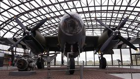 PLAYA DE UTAH, FRANCIA - 15 DE AGOSTO 2018: Aeroplano del bombardero B26 en el museo del día D de la playa de Utah almacen de video