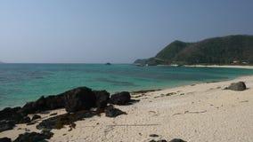 Playa de Uttabaru en Amami Oshima, Kagoshima, Japón, por la tarde almacen de metraje de vídeo