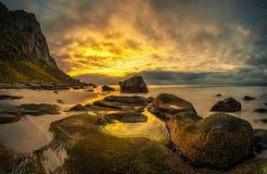 Playa de Uttakleiv en Noruega en la puesta del sol Imágenes de archivo libres de regalías