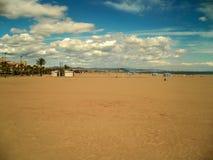 Playa de Valencia con el cielo nublado Imagen de archivo libre de regalías
