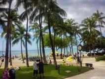 Playa de Waikiki, coches, visitantes y cielo dramático Imagen de archivo