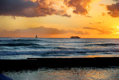 Playa de Waikiki de la travesía de la puesta del sol fotos de archivo