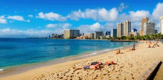 Playa de Waikiki en el mediodía fotos de archivo