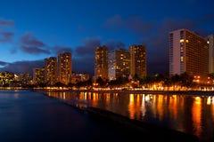 Playa de Waikiki en la oscuridad Imagen de archivo libre de regalías