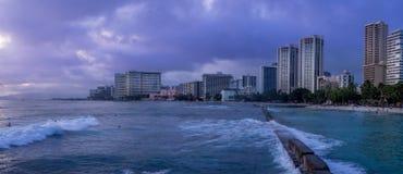 Playa de Waikiki en la oscuridad Foto de archivo libre de regalías