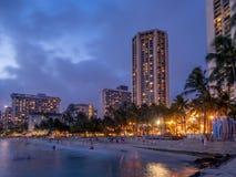 Playa de Waikiki en la oscuridad fotografía de archivo libre de regalías