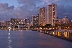 Playa de Waikiki, Honolulu, puesta del sol del paisaje urbano fotografía de archivo libre de regalías