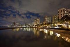 Playa de Waikiki, Oahu Hawaii, puesta del sol del paisaje urbano imágenes de archivo libres de regalías