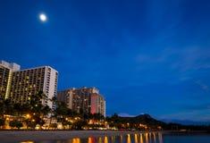 Playa de Waikiki y hoteles y Diamond Head en la noche Foto de archivo