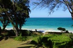 Playa de Waimanalo con las trayectorias que llevan para varar Fotografía de archivo