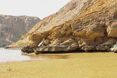 Playa de Yiti Muscat Omán en un día soleado con el tiempo nublado que tiene montañas en el fondo imagen de archivo libre de regalías