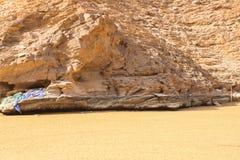 Playa de Yiti Muscat Omán en un día soleado con el tiempo nublado que tiene montañas en el fondo fotos de archivo