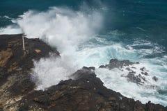 Playa del agujero del soplo de Halona en Oahu, Hawaii imagen de archivo
