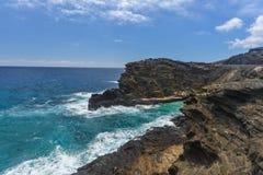 Playa del agujero del soplo de Halona en Oahu, Hawaii imagen de archivo libre de regalías