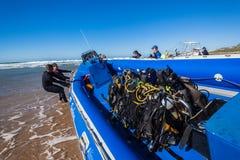 Playa del barco de las botellas de oxígeno de los buceadores Fotos de archivo libres de regalías