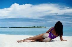 Playa del blanco de la muchacha ideal Imagen de archivo libre de regalías