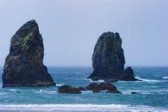 Playa del cañón, Oregon en un día de primavera lluvioso mojado Imágenes de archivo libres de regalías