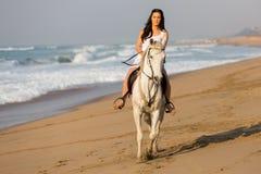 Playa del caballo de montar a caballo de la mujer Fotos de archivo libres de regalías
