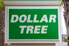 Playa del cacao, los E.E.U.U. - 29 de abril de 2018: Muestra del wellcome del árbol del dólar o logotipo de la tienda o de la tie foto de archivo libre de regalías
