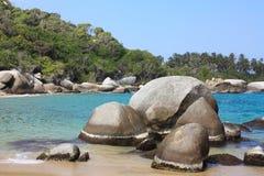 Playa del Caribe con el bosque tropical. Colombia Foto de archivo libre de regalías
