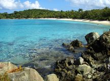 Playa del Caribe enmarcada por las palmeras y las rocas Fotografía de archivo libre de regalías