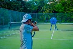 PLAYA DEL CARMEN, ΜΕΞΙΚΟΥ - 09 ΝΟΕΜΒΡΙΟΥ, 2017: Υπαίθρια άποψη του μη αναγνωρισμένου ατόμου που φορά ένα καπέλο και που κρατά στα Στοκ εικόνες με δικαίωμα ελεύθερης χρήσης